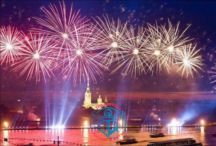 салют на День города с теплохода в Санкт-Петербурге
